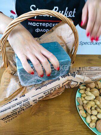 Собираем букет из орехов в корзине