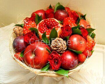 Букет из фруктов, ягод и цветов